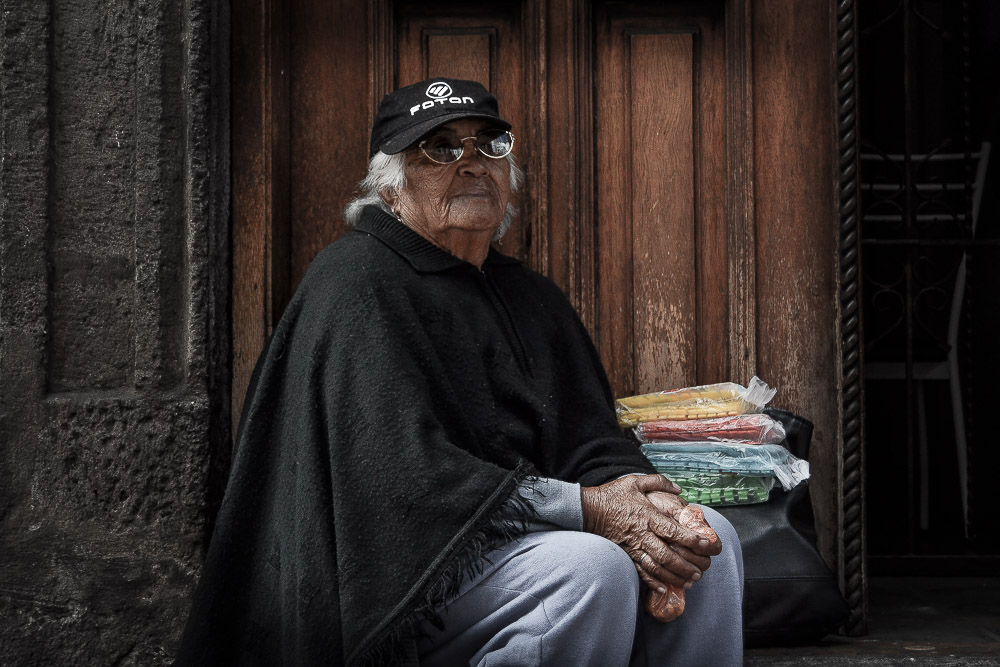 Maruja Flores, 82 años, vende pinzas para ropa en la marchas del 1ro de Mayo