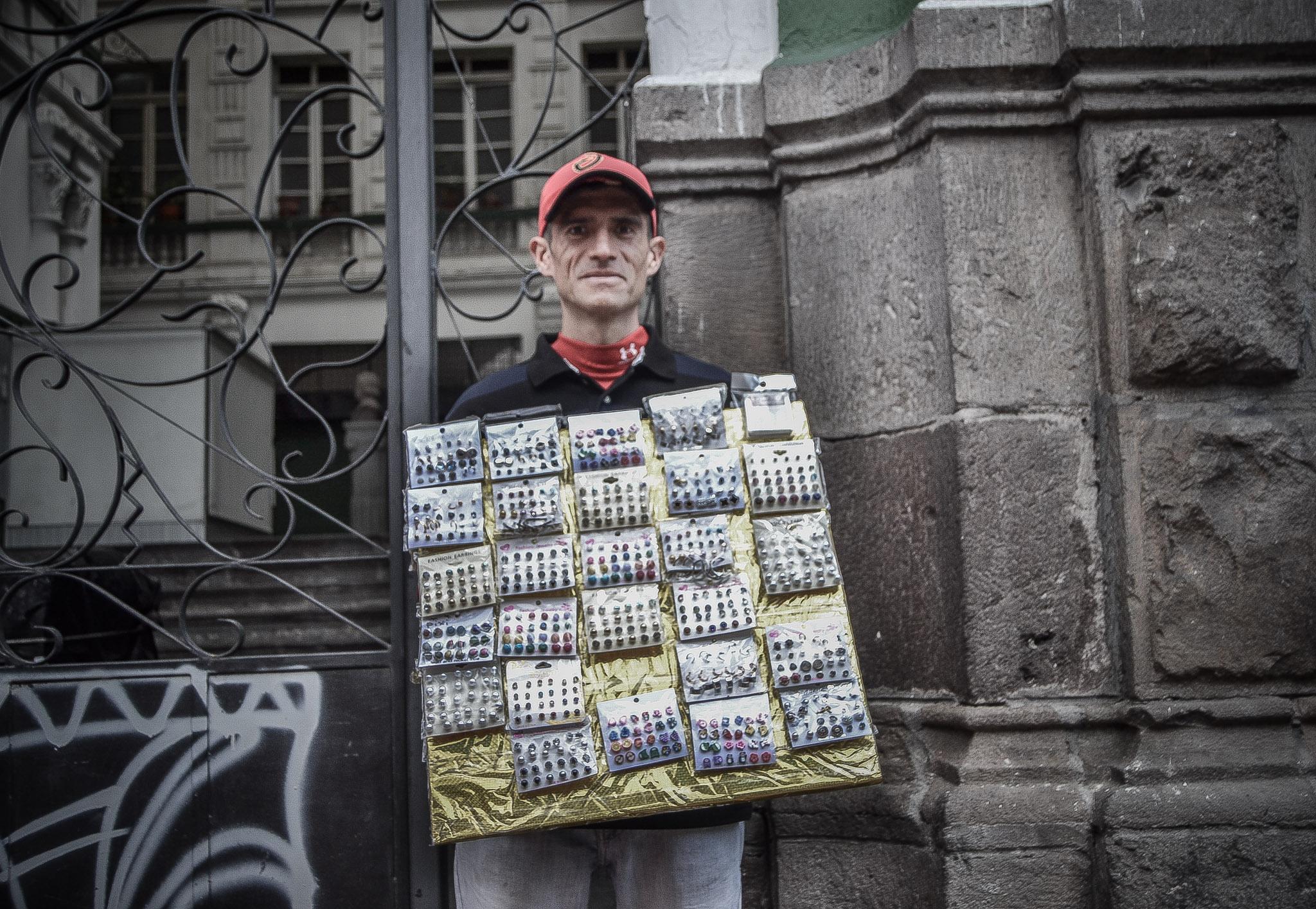 Ranieri Durán, migrante venezolano, vende aretes en la marcha del 1ero de Mayo